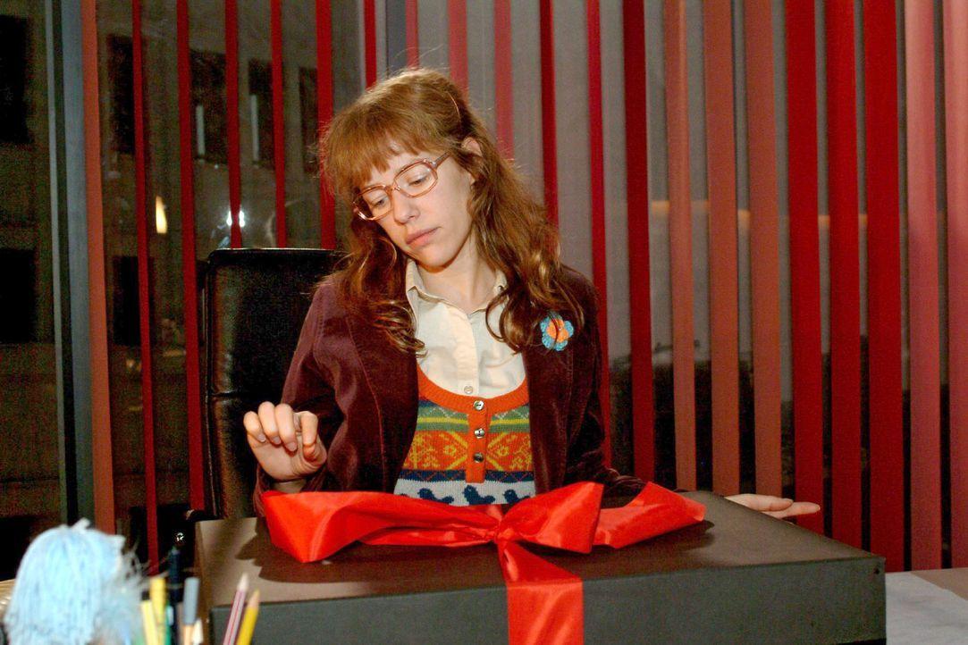 Lisa (Alexandra Neldel) hadert, ob sie zum Maskenball gehen soll - Sie blickt auf das Paket von Rokko - und kann ihre Neugier nicht länger zügeln... - Bildquelle: Monika Schürle Sat.1