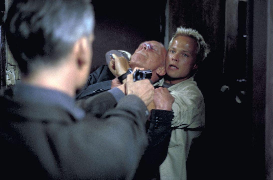 Immer wieder gerät Steffen (Matthias Koeberlin, hinten r.) in die Hand seiner Jäger. Doch noch kann er ihnen entkommen ... - Bildquelle: Gordon ProSieben