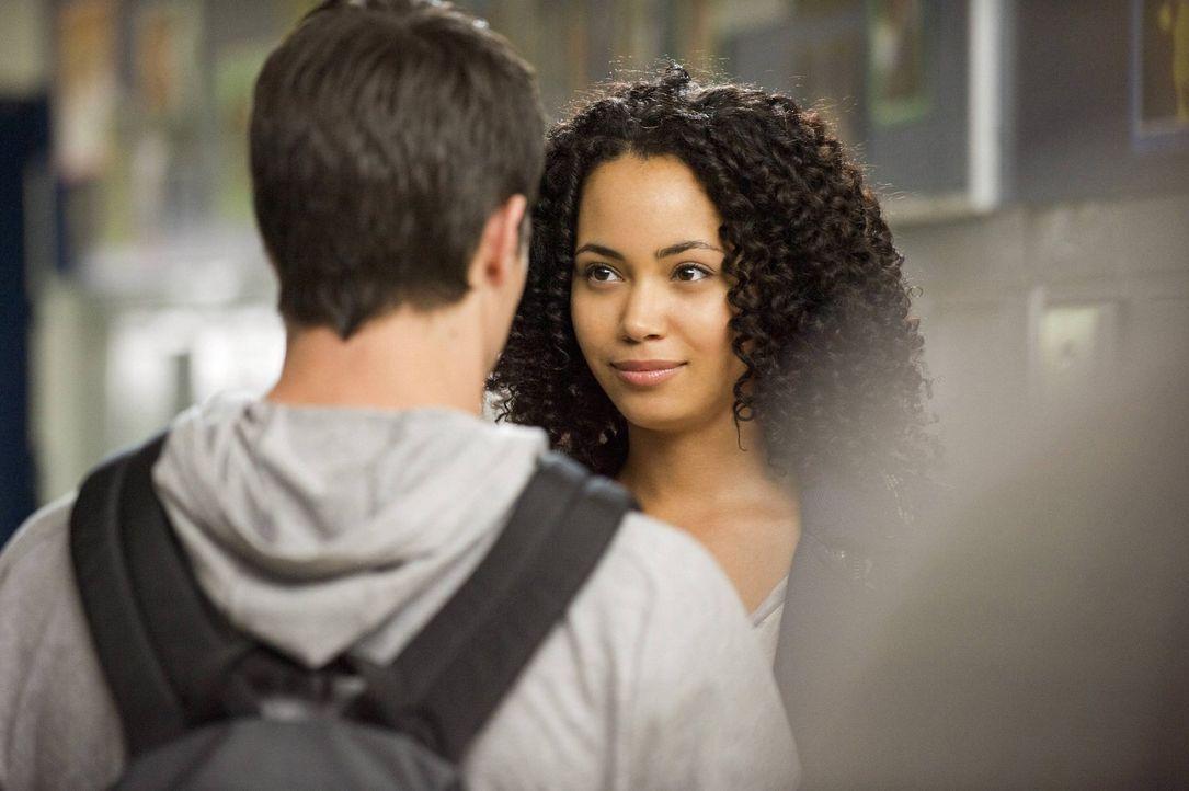 Wie lange kann Stephen (Robbie Amell, l.) sein wahres Ich vor  Astrid (Madeleine Mantock, r.) geheim halten? - Bildquelle: Warner Bros. Entertainment, Inc