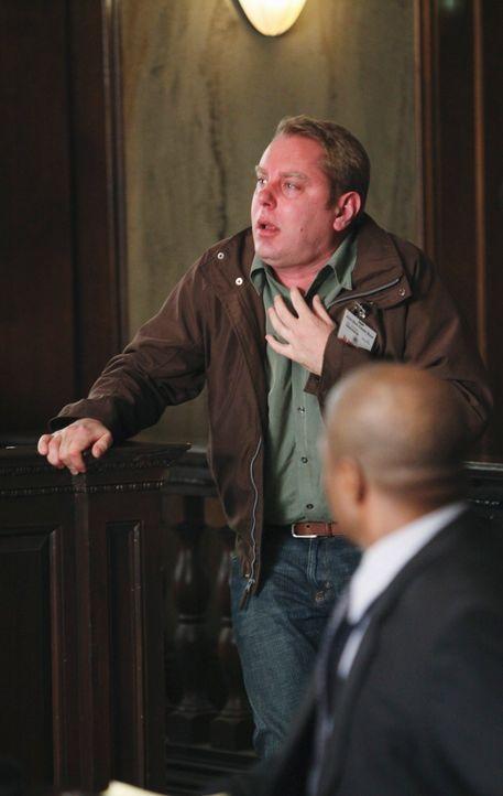 Während des Plädoyers des Bezirksstaatsanwalts in einem medienwirksamen Prozess stirbt ein Geschworener (Jesse Hlubik), der offensichtlich vergiftet... - Bildquelle: ABC Studios