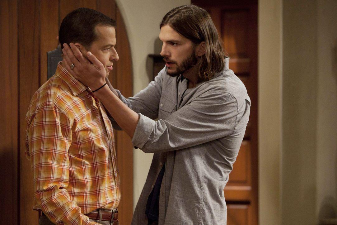 Als Alan (Jon Cryer, l.)  nach seiner Genesung wieder Zuhause eintrifft, hat Walden (Ashton Kutcher, r.) eine besondere Überraschung für ihn ... - Bildquelle: Warner Brothers Entertainment Inc.