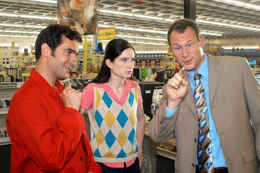 """Sie wollte doch nur eine Kaffeemaschine! Aber bei den beiden Verkäufern sieht sie """"Rot""""! (Thomas M. Held, l., Emily Wood, M. und Hanno Friedrich, r.) - Bildquelle: Sat.1"""