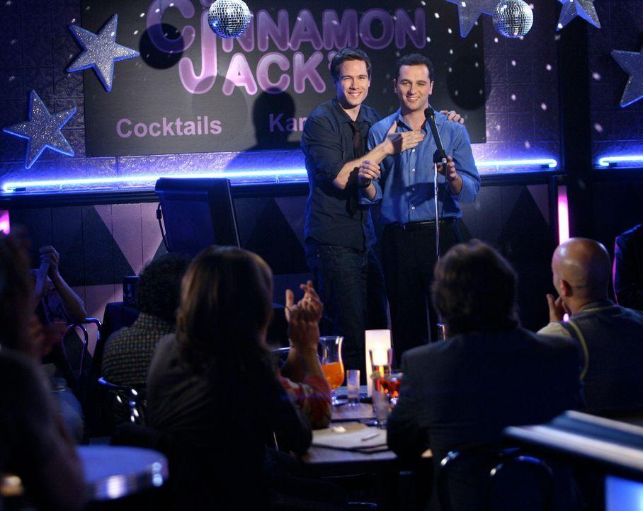 Mit einem Auftritt in der Karaoke-Bar erobert Kevin Walker (Matthew Rhys, r.) das Herz von Scotty Wandell (Luke Macfarlane, l.) und seinen Freunden... - Bildquelle: Disney - ABC International Television