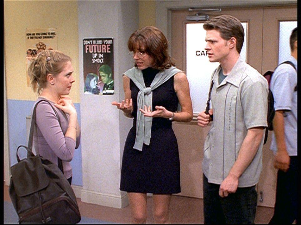 Sabrina (Melissa Joan Hart, l.) und Harvey (Nate Richert, r.) staunen über Martha (Lisa Darr, M.), die keineswegs so schüchtern ist, wie es zunäc... - Bildquelle: Paramount Pictures