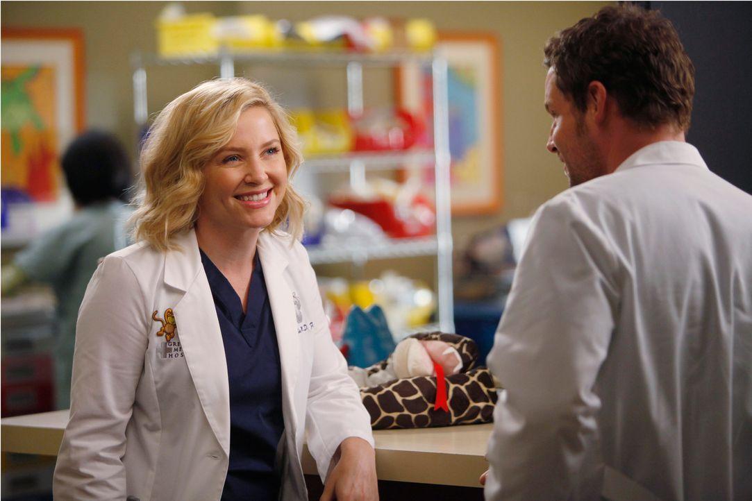 Überraschend sucht Arizona (Jessica Capshaw, l.) bei  Alex (Justin Chambers, r.) Rat, doch kann er ihr wirklich weiterhelfen? - Bildquelle: ABC Studios