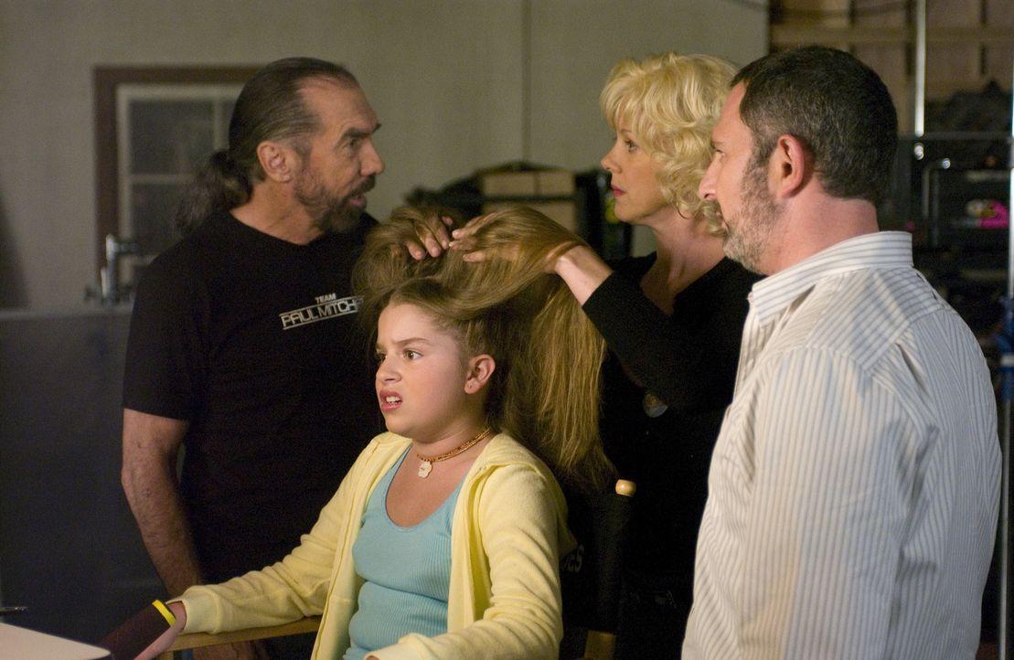 Celia (Elizabeth Perkins, 2.v.r.) versucht dem Stylisten zu erklären wie er ihre Tochter Isabelle (Allie Grant, 2.v.l.) zu frisieren hat. Dean (And... - Bildquelle: Lions Gate Television
