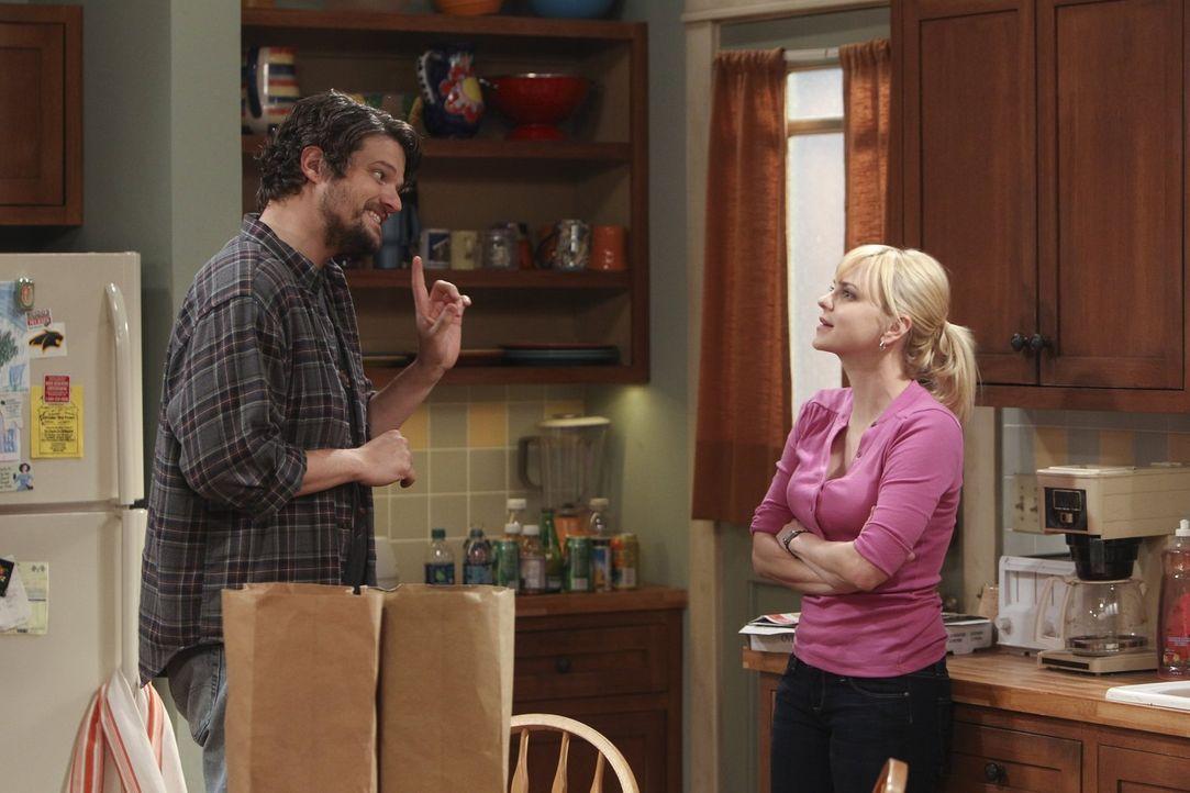 Baxter (Matt Jones, l.) macht Christy (Anna Faris, r.) einen genialen Vorschlag, wie er endlich den Unterhalt für ihren gemeinsamen Sohn Roscoe zahl... - Bildquelle: Warner Bros. Television