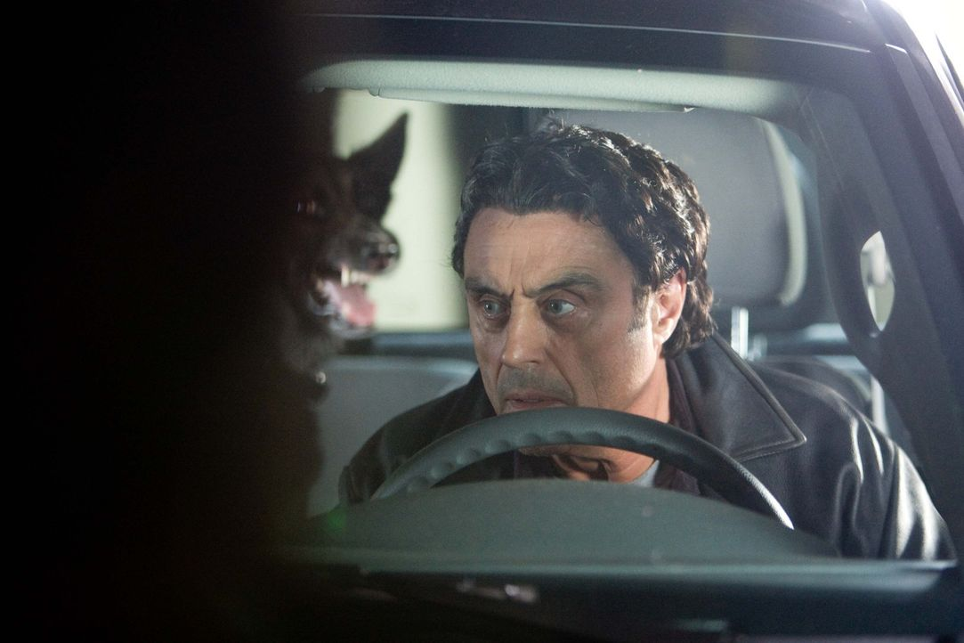Auch Detective Mike Barron (Ian McShane) hat keine Chance, Liliths dämonischen Phobien zu entkommen ... - Bildquelle: Kimberley French 2010 PARAMOUNT PICTURES.  All Rights Reserved.