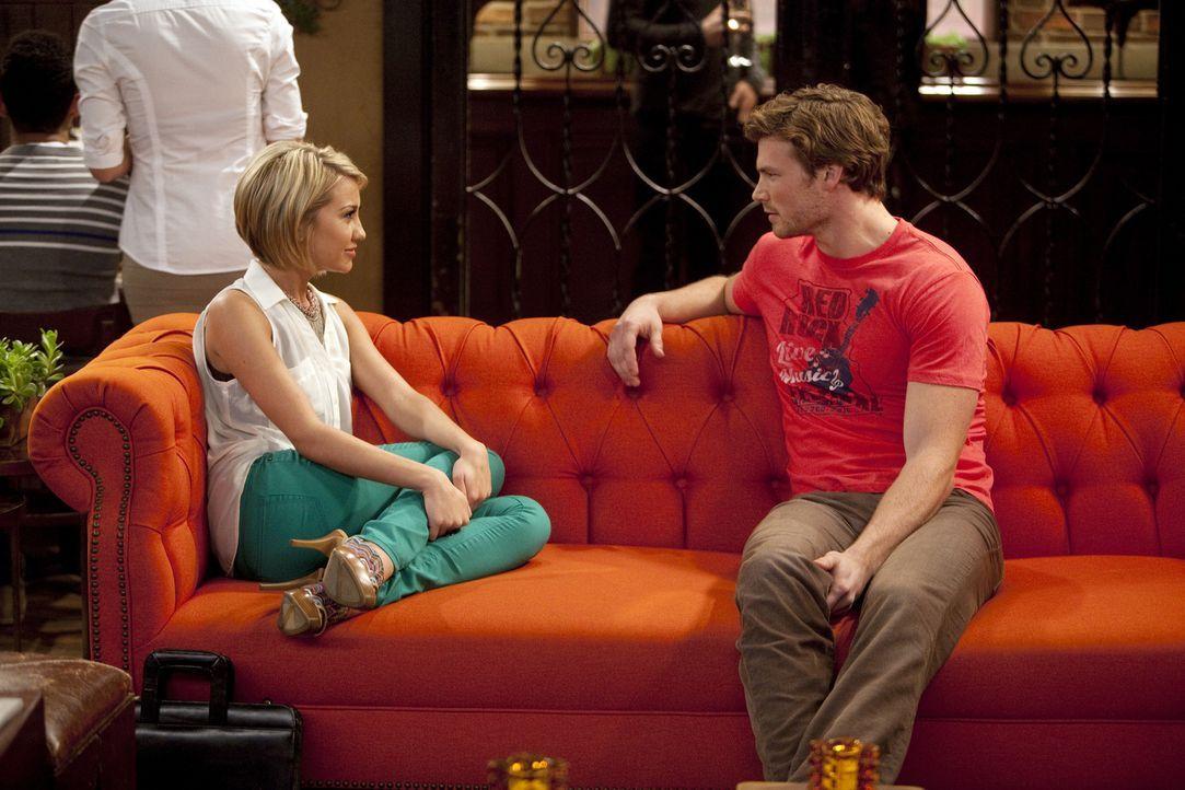 Während Riley (Chelsea Kane, l.) mit einem Kommilitonen anbandelt, ist Danny (Derek Theler, r.) genervt davon, hat er doch schon lange ein Auge auf... - Bildquelle: Randy Holmes ABC Family