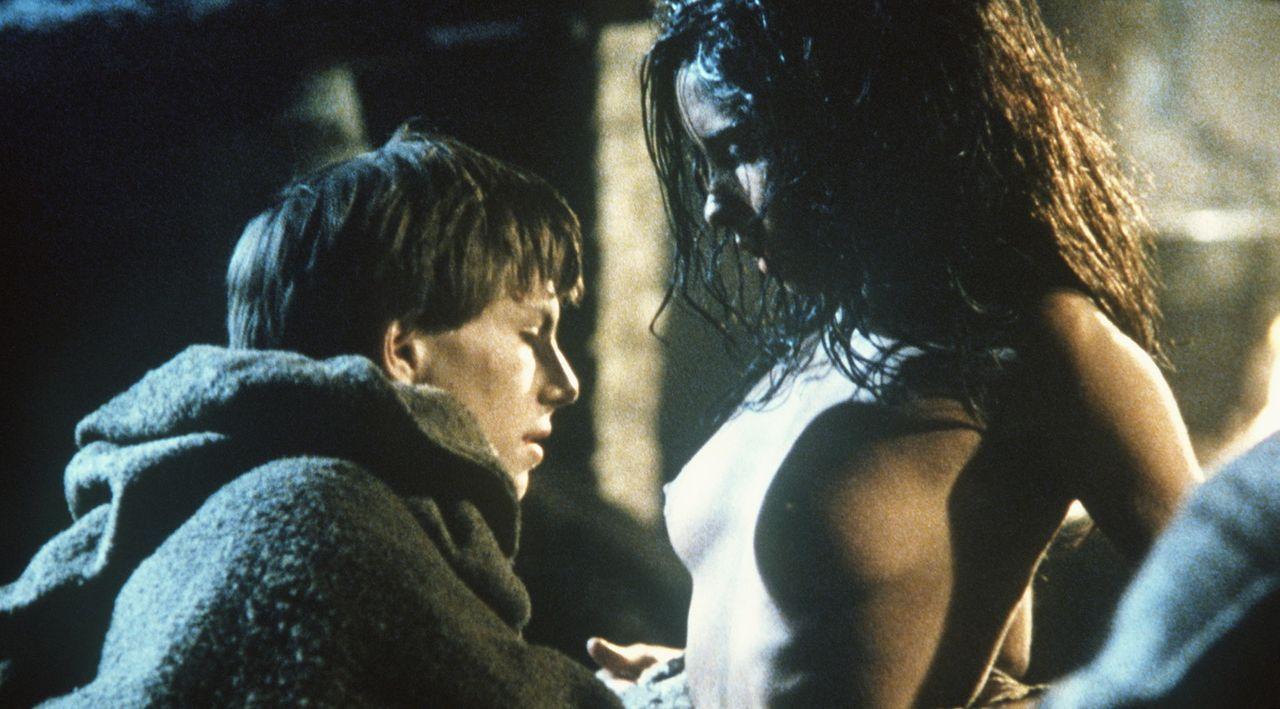 Adson (Christian Slater, l.) erliegt der wilden Schönheit eines Bauernmädchens (Valentina Vargas, r.), das ins Kloster kommt, um von den Mönchen... - Bildquelle: Constantin Film