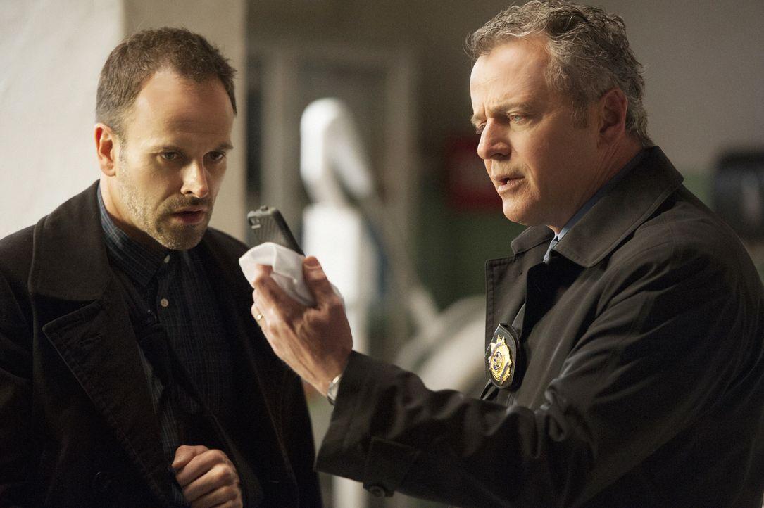 Bei den Ermittlungen gegen Moriarty: Sherlock Holmes (Jonny Lee Miller, l.) und Gregson (Aidan Quinn, r.) ... - Bildquelle: CBS Television