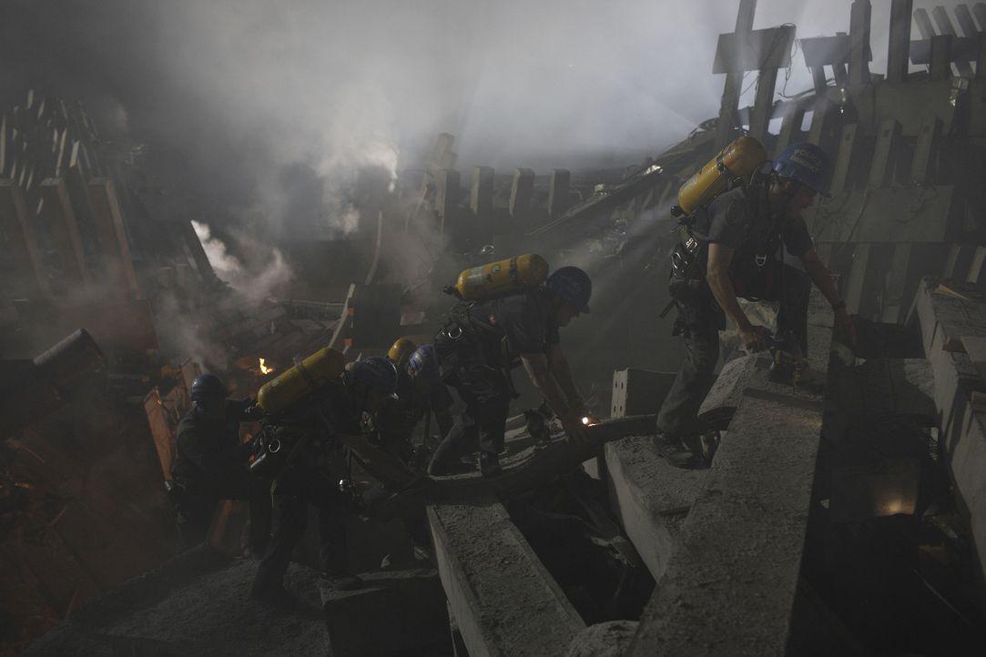 Versuchen verzweifelt, die Verletzten und Toten aus den Trümmern zu bergen, doch dann passiert etwas Schreckliches ... - Bildquelle: TM &   Paramount Pictures. All Rights Reserved.