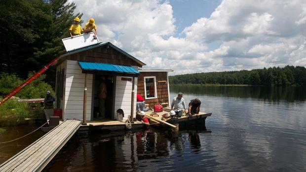 Paulie und Tuffy sollen eine schwimmende Hütte bauen, in der ihre Auftraggebe...