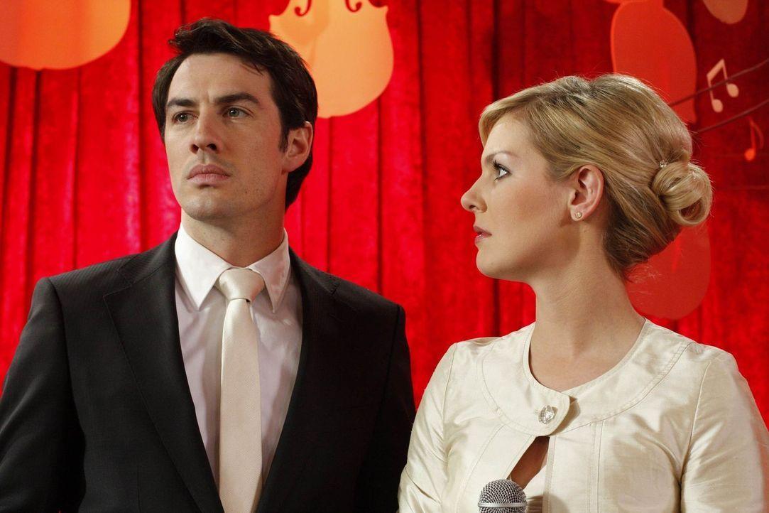 Mark (Arne Stephan, l.) und Alexandra (Ivonne Schönherr, r.) haben sich wieder versöhnt und die Hochzeit wird stattfinden. Tapfer bittet Manu daru... - Bildquelle: SAT.1