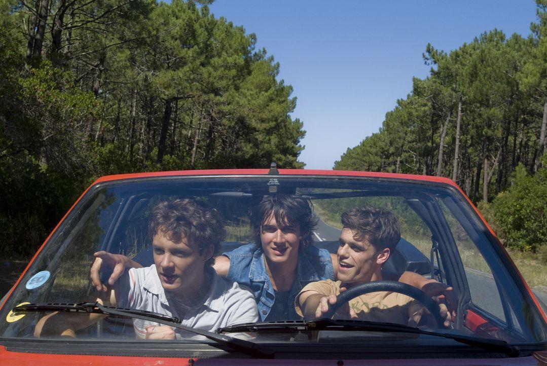 Maxime (Arthur Dupont, r.), Richard (Pierre Boulanger, M.) und Lucas (Théo Frilet, l.) genießen die Zeit nach dem Abitur in vollen Zügen:Doch auf...