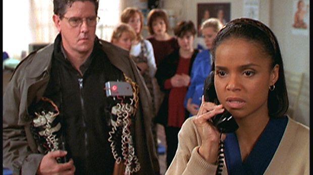 Amanda (Victoria Rowell, r.) telefoniert aufgeregt mit Mark Sloan. Sie und ei...