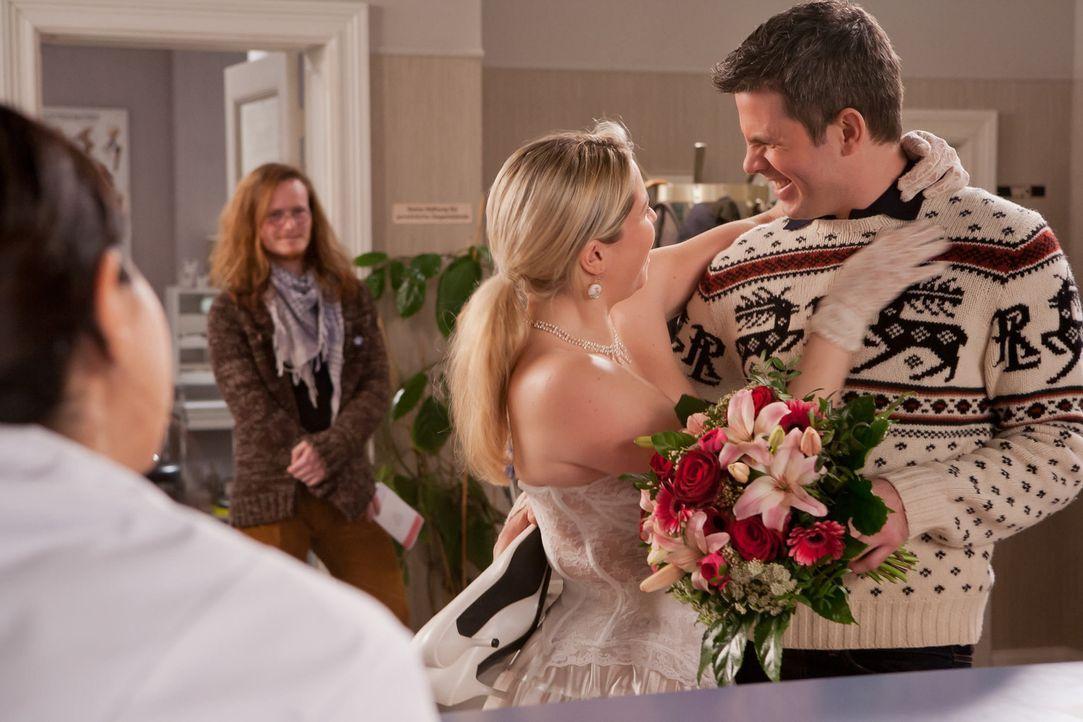 Ein ungewöhnliches Brautpaar findet den Weg in die Praxis und zieht die Aufmerksamkeit auf sich. Denn die verliebte, pummelige Manuela (Caroline Mar... - Bildquelle: Conny Klein SAT.1