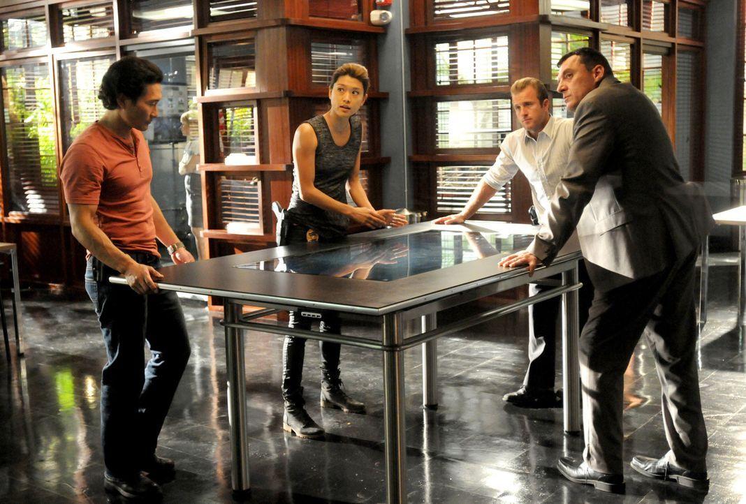 Ermitteln gemeinsam in einem neuen Fall: Chin (Daniel Dae Kim, l.), Kono (Grace Park, 2.v.l.), Danny (Scott Caan, 2.v.r.) und Chief Fryer (Tom Sizem... - Bildquelle: TM &   CBS Studios Inc. All Rights Reserved.