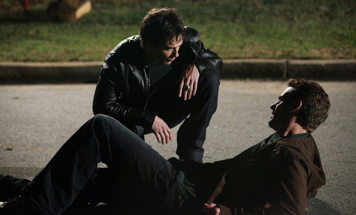 Logan (Chris Johnson, r.) erzählt Damon (Ian Somerhalder, l.), dass er weiß, wie man den Zauber auf der Gruft von Katherine brechen kann. - Bildquelle: Warner Brothers