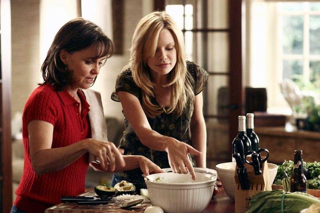 Bereiten alles fürs Familien-Dinner vor: Nora (Sally Field, l.) und Julia (Sarah Jane Morris, r.) ... - Bildquelle: Disney - ABC International Television