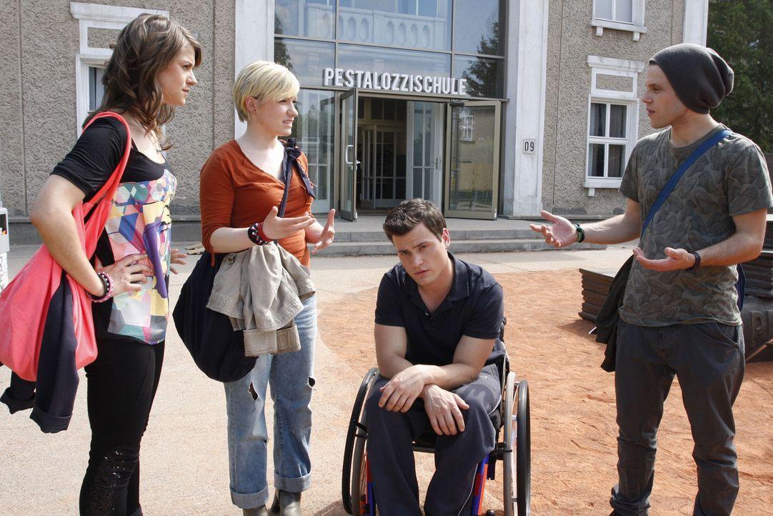 Es ist Timo unangenehm, dass seine Freunde wegen ihm auf die Barrikaden gehen wollen. (v.l.n.r.) Jenny (Lucy Scherer), Emma (Kasia Borek), Timo (Roc... - Bildquelle: SAT.1