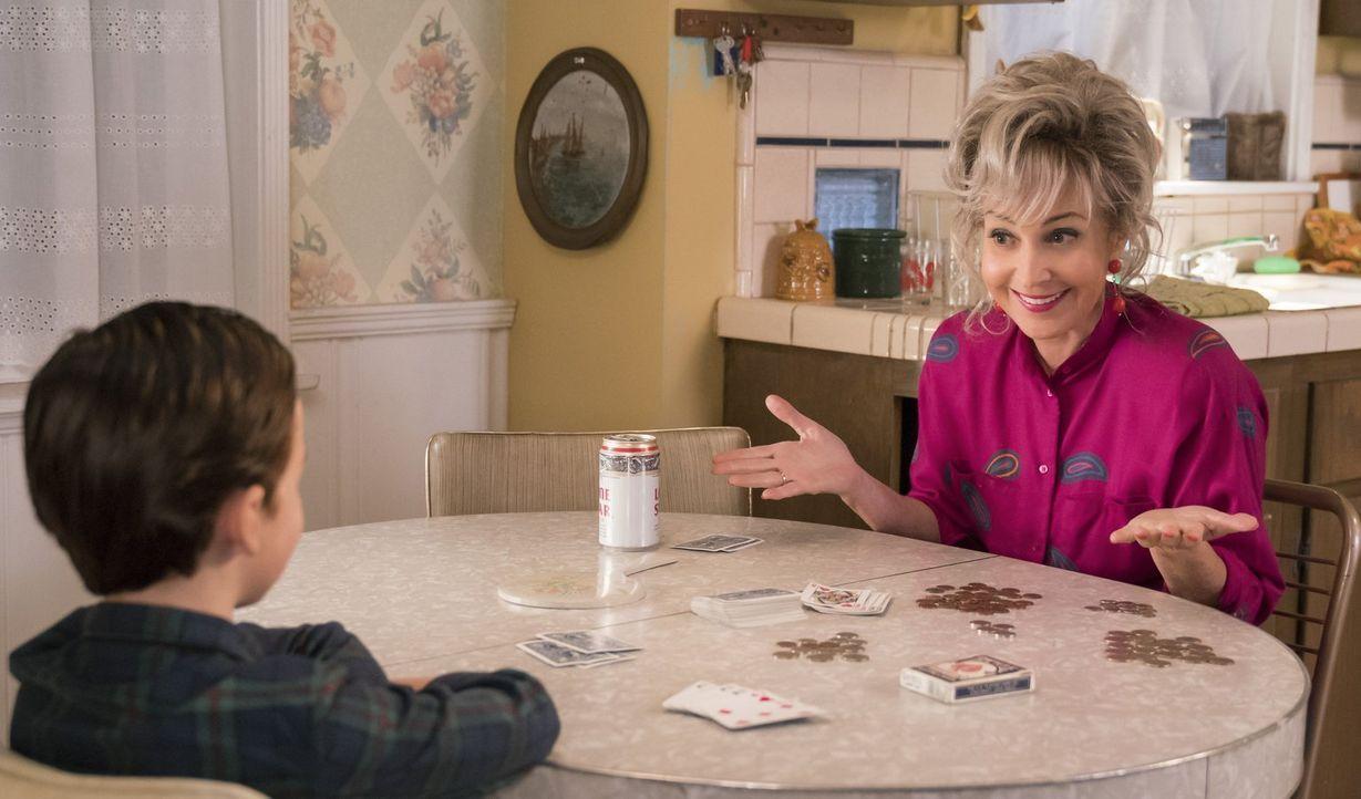 Beim Pokerspielen macht Meemaw (Annie Potts, r.) Sheldon (Iain Armitage, l.) klar, dass er keinem Menschen trauen kann, denn was er auf ihren Gesich... - Bildquelle: Warner Bros.