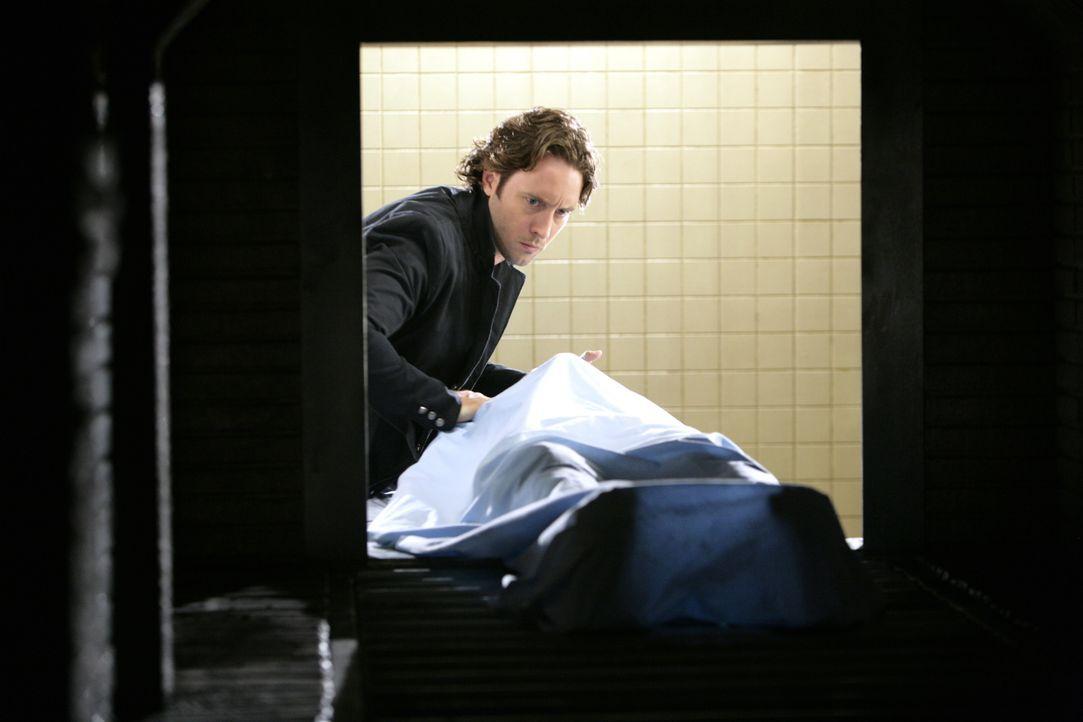 Auf der Leiche findet Mick (Alex O'Loughlin) Bissspuren. Er muss den dafür verantwortlichen Vampir so schnell wie möglich finden ... - Bildquelle: Warner Brothers