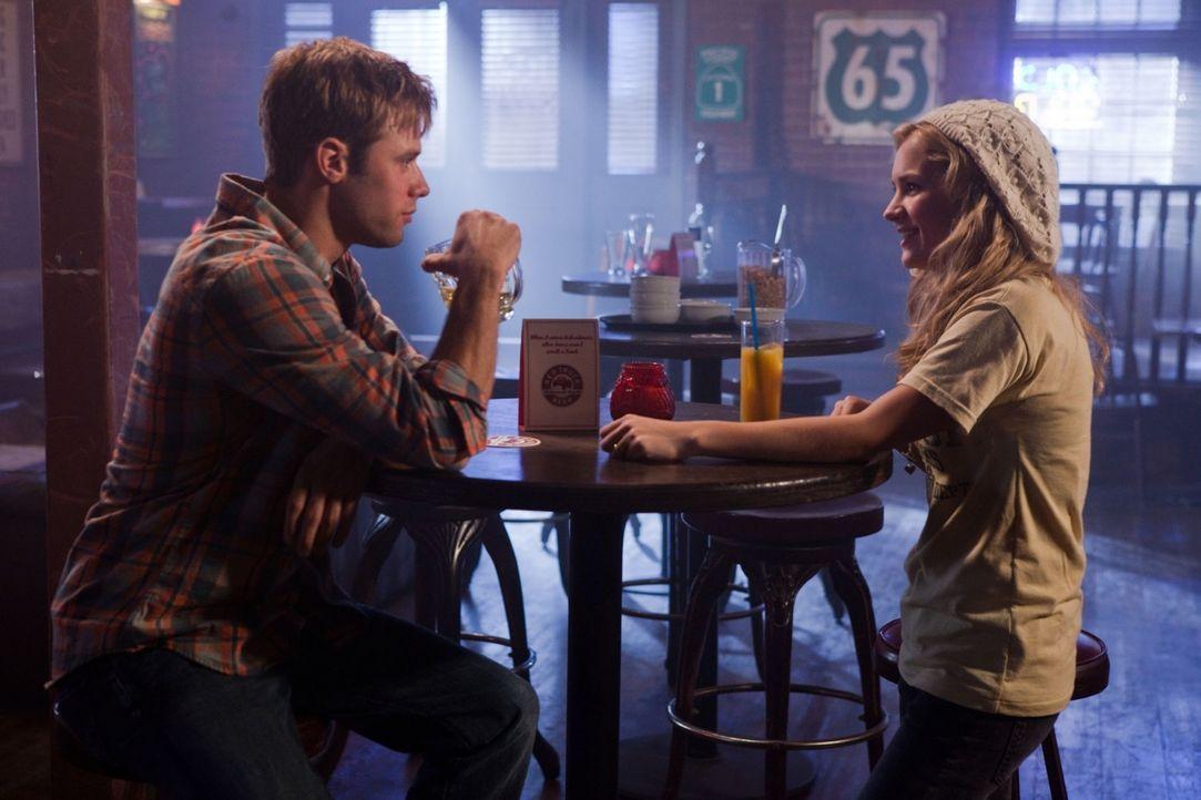 Lux (Brittany Robertson, r.) lernt einen jungen Mann namens Eric (Shaun Sipos, l.) kennen. Obwohl sie sich kurz zuvor mit ihren Freund Bug verlobt h... - Bildquelle: The CW   2009 The CW Network, LLC. All Rights Reserved