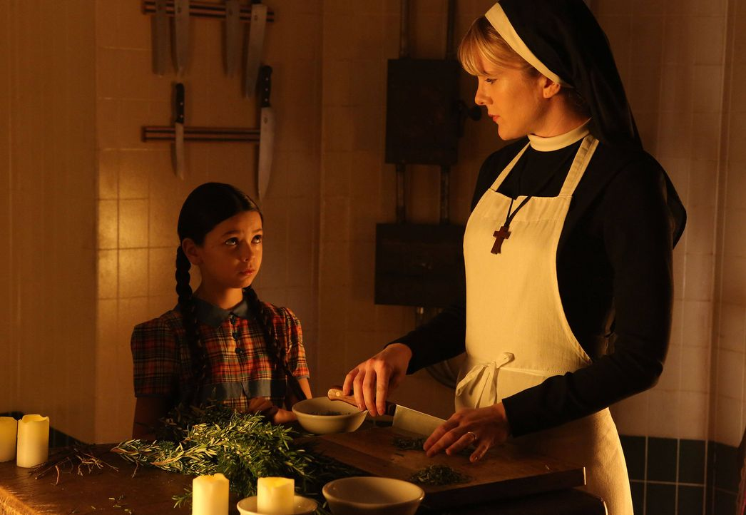 Jahr 1964: Die kleine Jenny (Nikki Hahn, l.) wird in Briarcliff eingeliefert. Schwester Mary Eunice McKee (Lily Rabe, r.) erkennt gewisse Parallelen... - Bildquelle: 2012-2013 Twentieth Century Fox Film Corporation. All rights reserved.