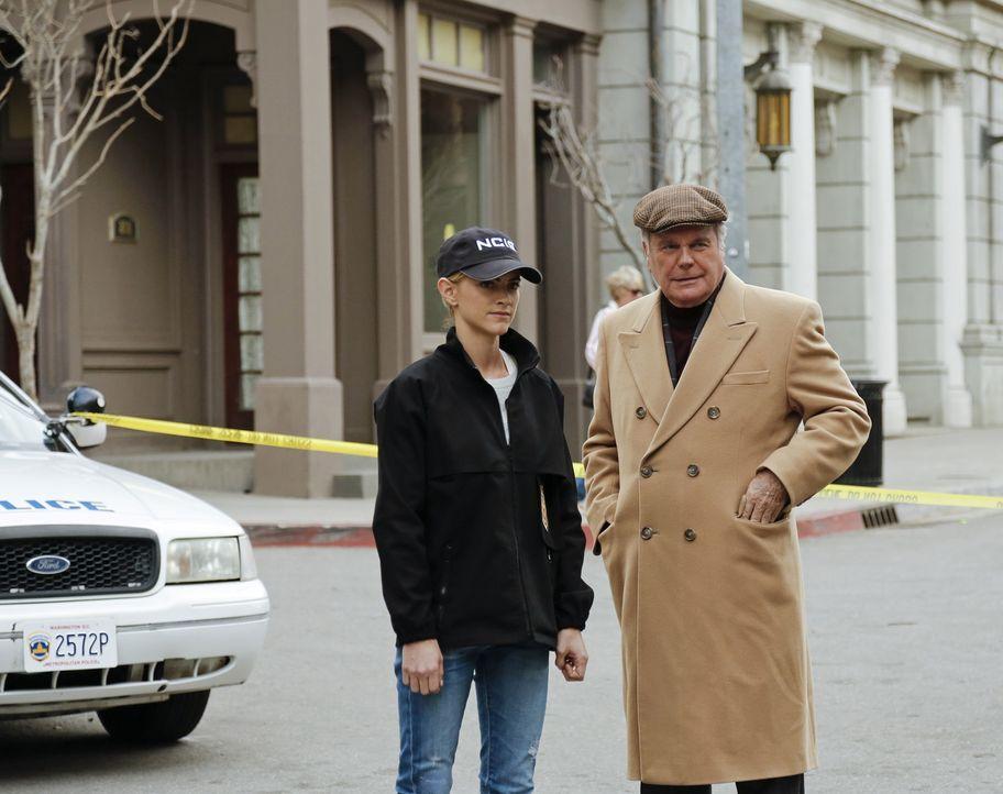 Das Treffen von Anthony DiNozzo, Sr. (Robert Wagner, r.) mit seinem Sohn Tony in einem Hotel wird jäh unterbrochen, als ein Mann in der Uniform eine... - Bildquelle: CBS Television