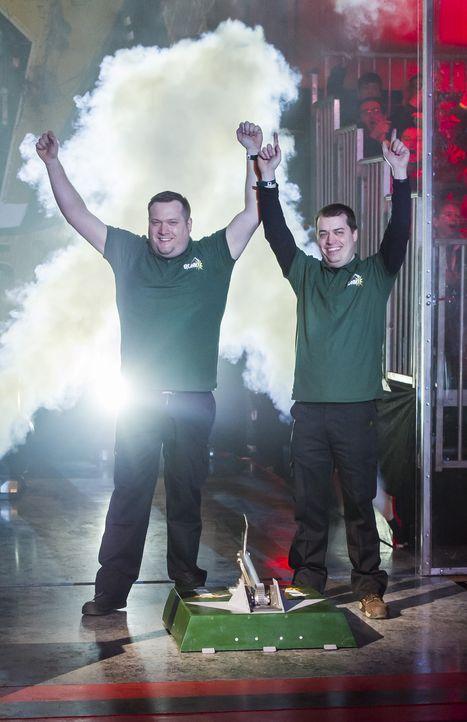 Sie wollen mit ihrem selbst gebauten Roboter die Gegner aus der Arena kicken: Team Bonk ... - Bildquelle: Alan Peebles