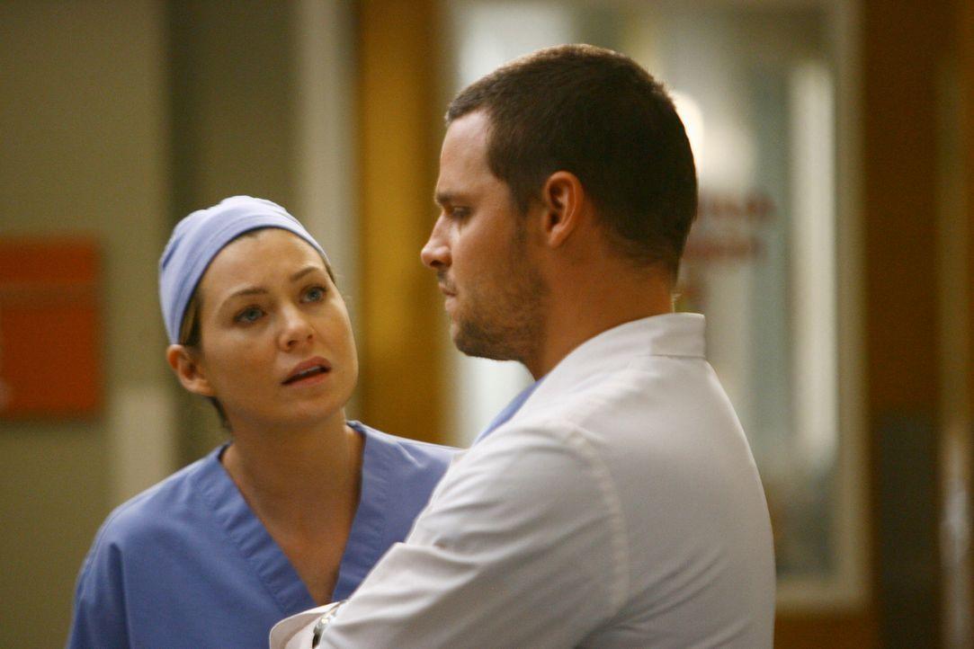Izzie, Cristina, Alex (Justin Chambers, r.) und Meredith (Ellen Pompeo, l.) erfahren, dass einer von ihnen demnächst die erste eigene Operation dur... - Bildquelle: Touchstone Television