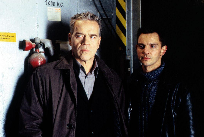 Kommissar Wolff (Jürgen Heinrich, l.) und Tom Borkmann (Steven Merting, r.) sind auf der Suche nach dem Mörder der Stripteasetänzerin Olga. - Bildquelle: Alfred Raschke Sat.1