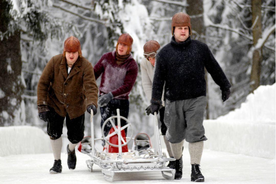 1952, das Jahr der Olympischen Winterspiele in Oslo. Wider Erwarten qualifiziert sich Gamser (Sebastian Bezzel, hinten r.) mit seinen Jungs (v.l.n.r... - Bildquelle: Constantin Film Verleih GmbH