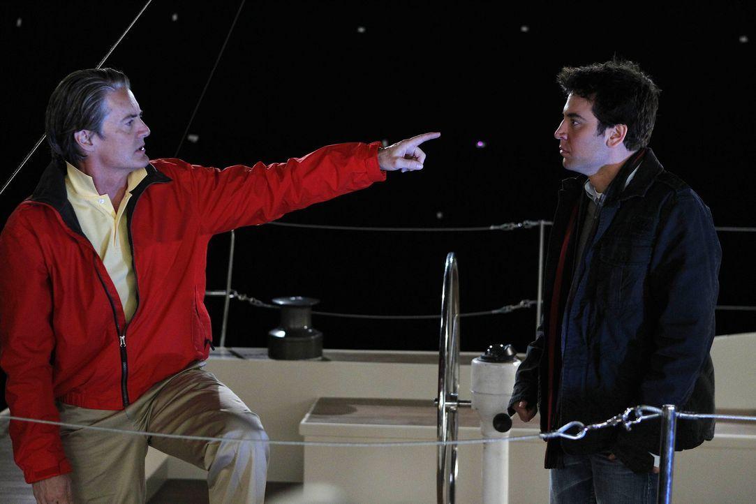 Da Ted (Josh Radnor, r.) nicht weiß, wie Zoeys Ehemann (Kyle MacLachlan, l.) über die neue Freundschaft denkt, nimmt Ted sein Angebot an, mit ihm... - Bildquelle: 20th Century Fox International Television