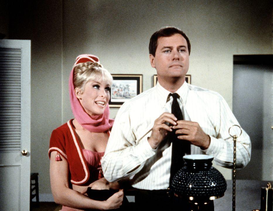 Jeannie (Barbara Eden, l.) hat für Tony (Larry Hagman, r.) eine Frau ausgesucht und schickt die beiden ins abendliche Vergnügen. - Bildquelle: Columbia Pictures