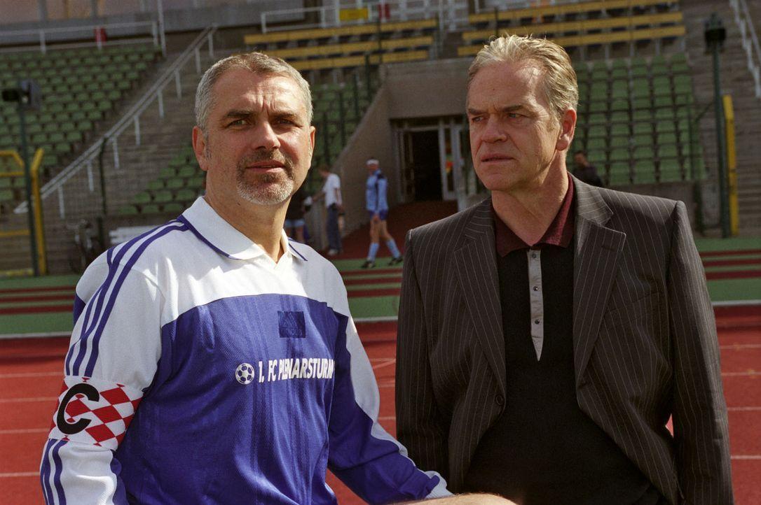Für Kommissar Wolff (Jürgen Heinrich, r.) verdichtet sich der Verdacht, dass Bernd Meltig (Hansa Czypionka, l.) nicht unschuldig ist. - Bildquelle: Claudius Pflug Sat.1
