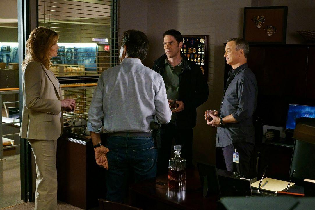Um eine Familie aus den Fänger ihres Entführers zu retten, arbeiten Lily Lambert (Anna Gunn, l.), Hotch (Thomas Gibson, 2.v.r.), Rossi (Joe Mantegna... - Bildquelle: ABC Studios