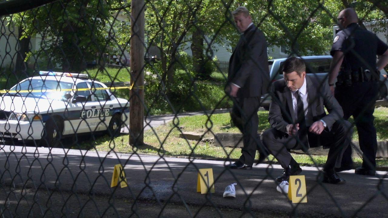 Shaundra Murr, eine Mutter von zwei Kindern, wird vor ihrem Haus überfahren. Lt. Joe Kenda (Carl Marino, 2.v.r.) erkennt schließlich, dass es sich n... - Bildquelle: Jupiter Entertainment