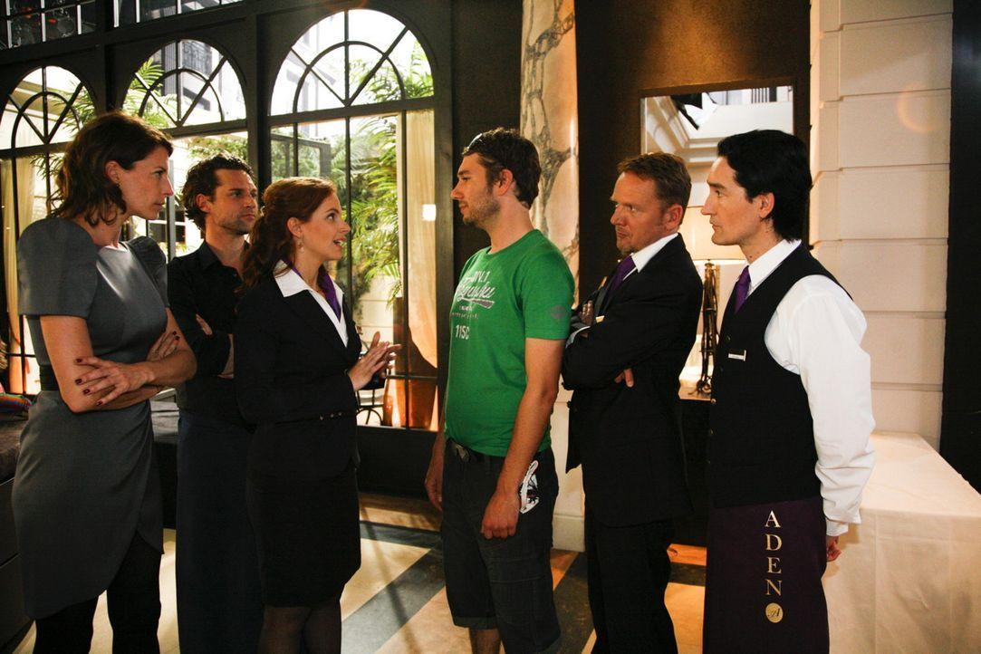 Die Lage zwischen den Pauschaltouristen und den Stammgästen im Hotel spitzt sich zu: (v.l.n.r.) Frau von Weyer (Giulia Siegel), Toni (Ron Holzschuh... - Bildquelle: SAT.1