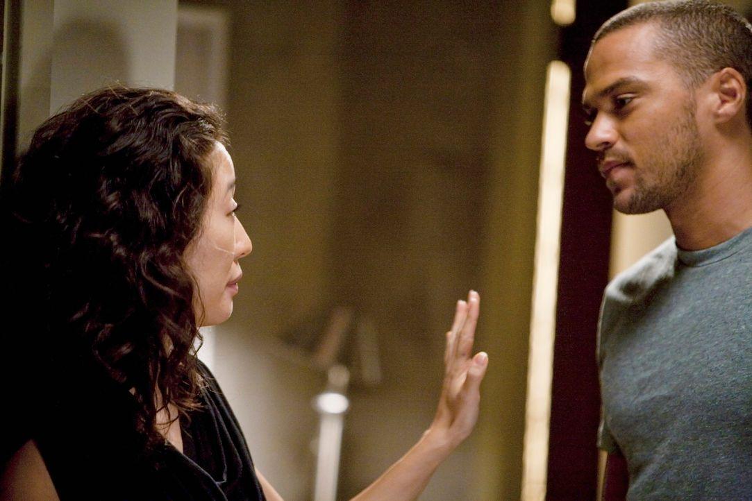Was entwickelt sich zwischen Cristina (Sandra Oh, l.) und Jackson (Jesse Williams, r.)? - Bildquelle: Touchstone Television