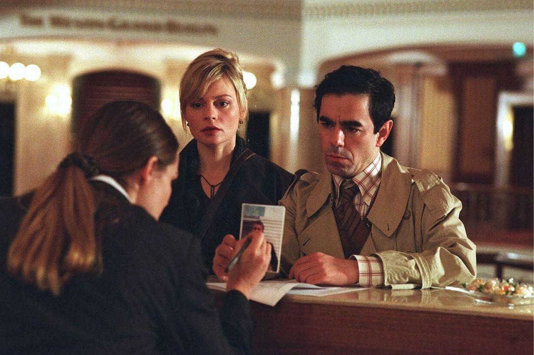 Hauptkommissar Edgar Eder (Oscar Ortega Sánchez, r.) und Lena (Susanna Simon, M.) suchen im Luxushotel nach Max und den angeblich von ihm gekidnapp... - Bildquelle: Stefan Erhard Sat.1