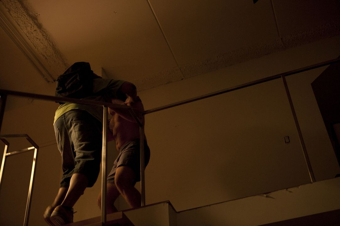 Tod eines Hollywood-Fotografen: Opfer Roland Kuster (Bryan Jones, r.) hat am Abend seines Mordes eine Party zusammen mit einem unbekannten Mann verl... - Bildquelle: Jeremy Lewis Cineflix 2010