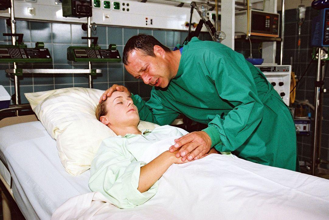 Der Kampf ist verloren: Dr. Stein (Christoph Schobesberger, r.) bricht am Bett seiner toten Tochter Jana (Rhea Harder, l.) zusammen ... - Bildquelle: Monika Schürle Sat.1