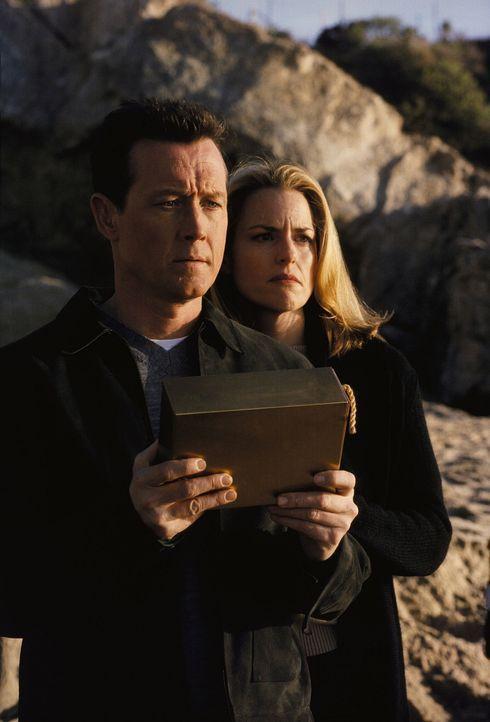 John Doggett (Robert Patrick, l.) und seine Ex-Frau Barbara (Barbara Patrick, r.) empfinden es als Erlösung, dass es ihnen nach acht Jahren endlich... - Bildquelle: TM +   Twentieth Century Fox Film Corporation. All Rights Reserved.