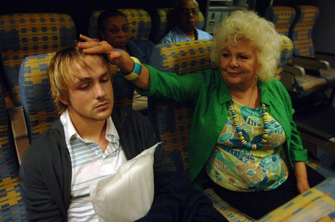 Liebevoll kümmert sich Fluggast Kathryn Hadorn (Renee Taylor, r.) um ihren kranken Mitreisenden (Kyle Searles, l.). Nicht ahnend, dass dieser den T... - Bildquelle: 2006 RHI Entertainment Distribution, LLC