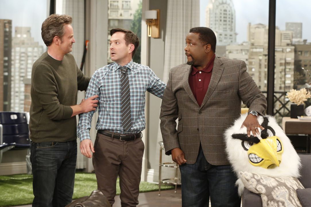 Felix (Thomas Lennon, M.) hat einen Fernsehauftritt für Oscar (Matthew Perry, l.) organisiert, doch Teddy (Wendell Pierce, r.) hat Bedenken ... - Bildquelle: Monty Brinton 2014 CBS Broadcasting, Inc. All Rights Reserved