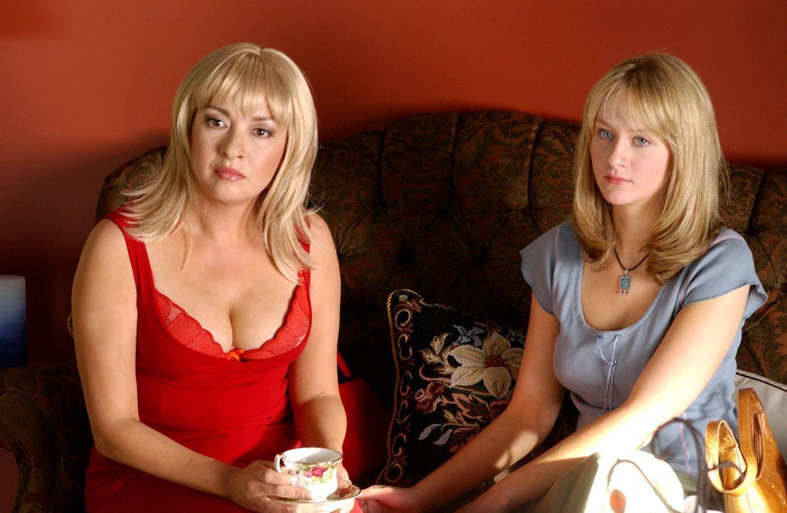 Verändert ihr Äußeres, um blutige Rache ausüben zu können: Clara Harris (Elizabeth Pena, l.) ... - Bildquelle: 2004 Sony Pictures Television Inc. All Rights Reserved.