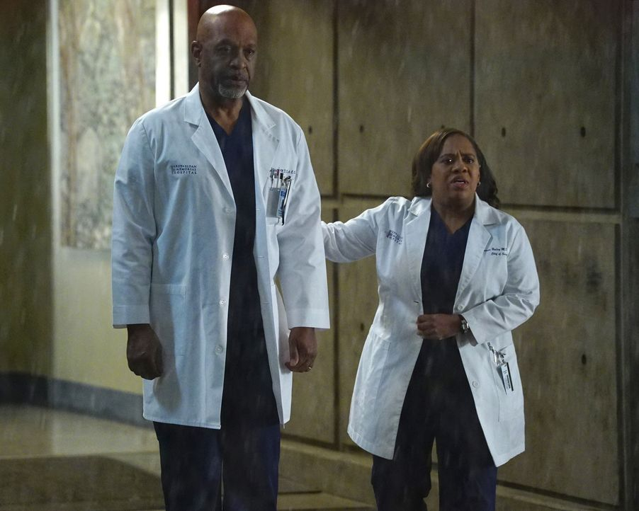 Ins Krankenhaus werden viele Opfer eines Gebäudeeinsturzes gebracht und Webber (James Pickens Jr., l.) verlangt von Bailey (Chandra Wilson, r.) Antw... - Bildquelle: Richard Cartwright 2016 American Broadcasting Companies, Inc. All rights reserved.