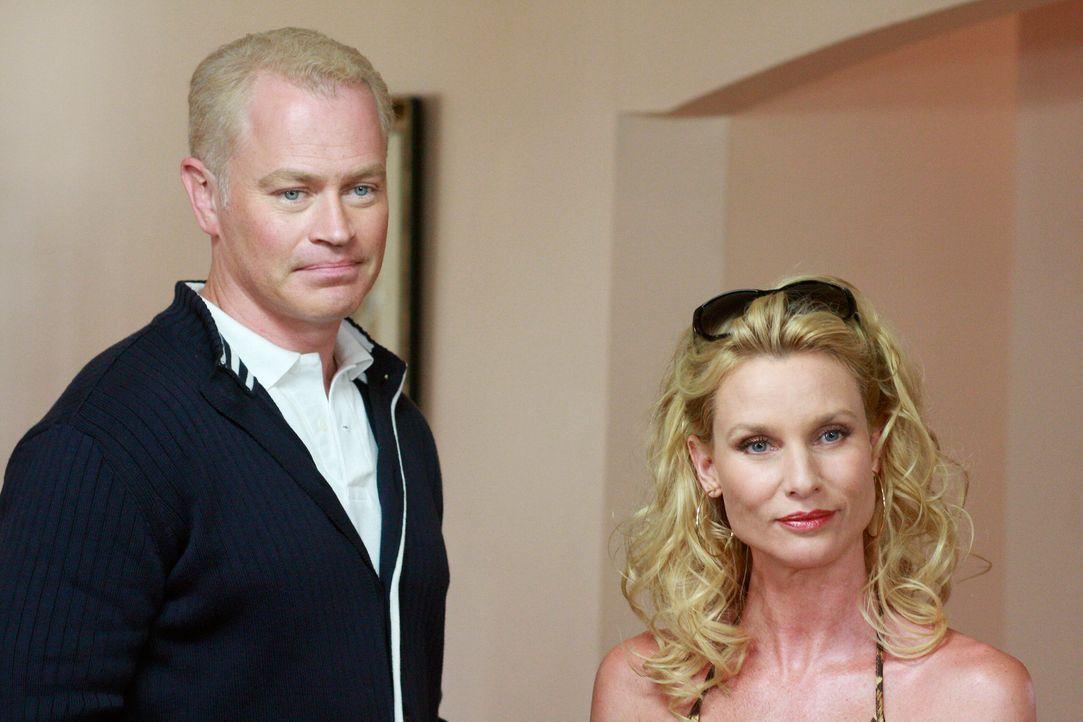 Edie (Nicolette Sheridan, r.) taucht mit einem geheimnisvollen neuen Ehemann (Neal McDonough, l.) in der Wisteria Lane auf, der Edies Grobheiten abm... - Bildquelle: ABC Studios